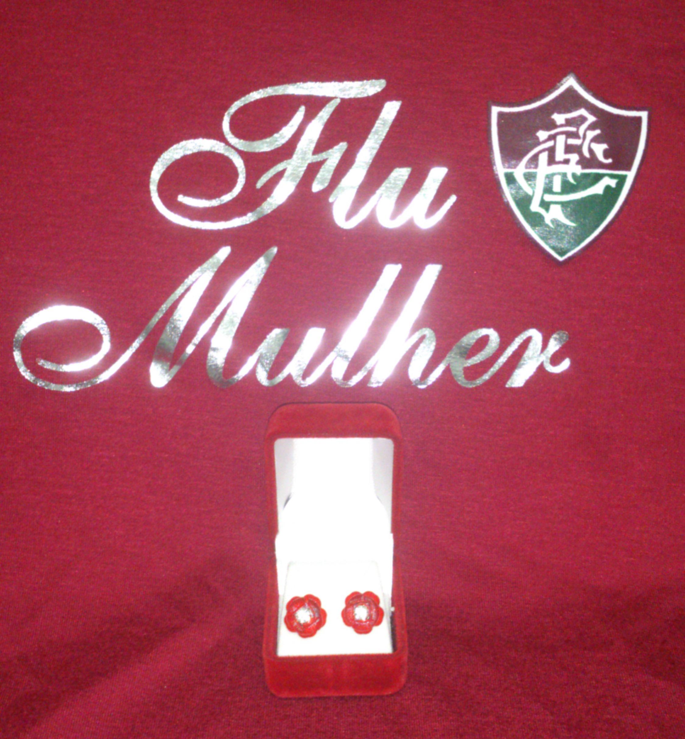 Arte da camiseta e brincos flu mulher